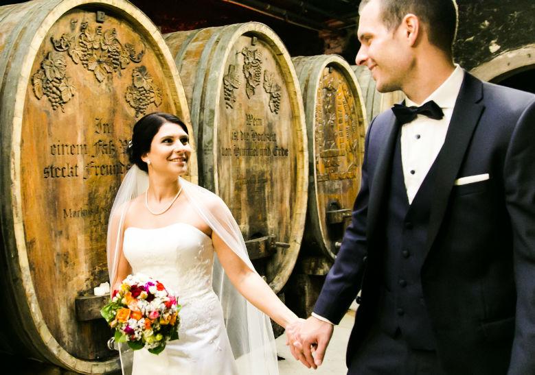 Hochzeitsfotograf Forst Brautpaar Weinkeller