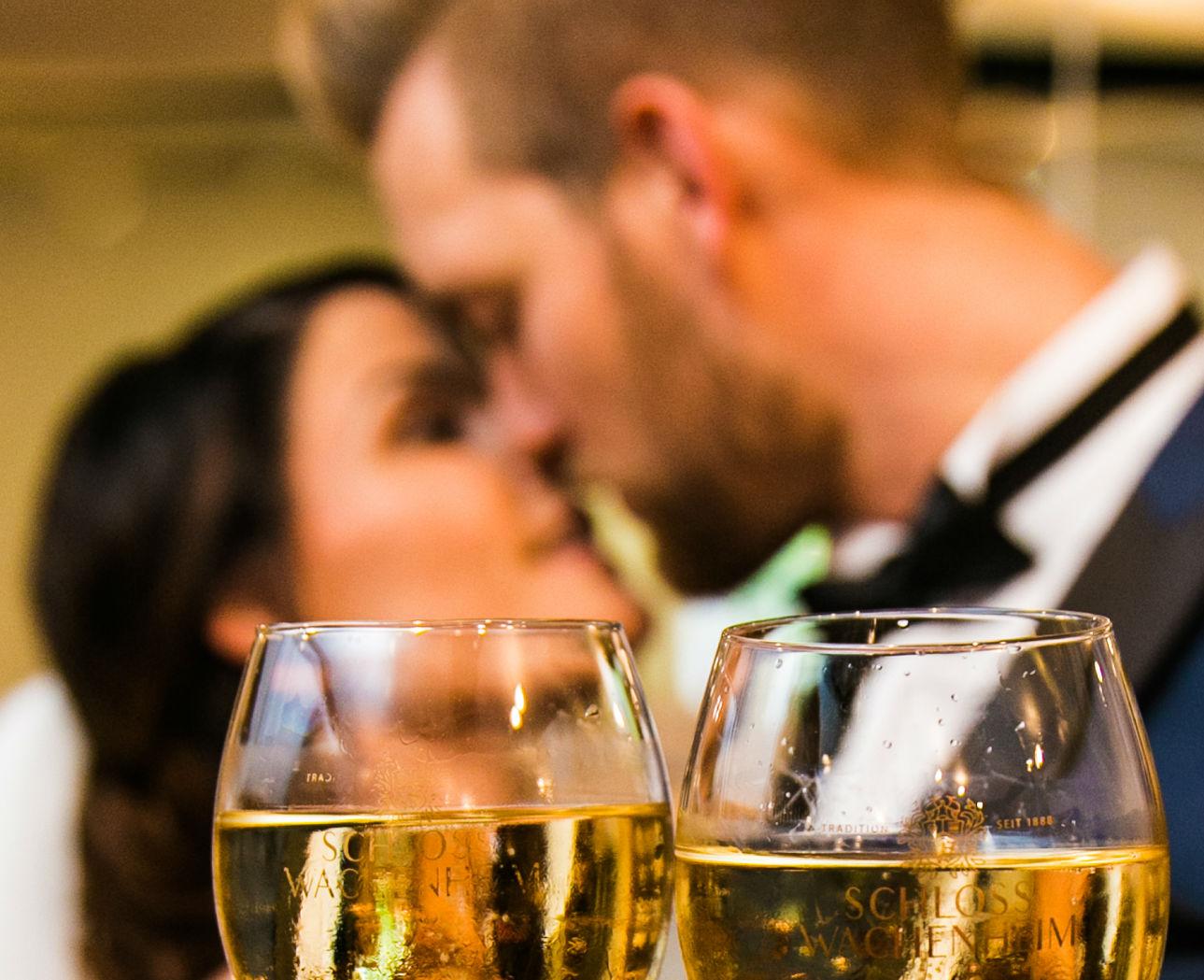 Brautpaarkuss und Anstossen mit Pfälzer Sekt