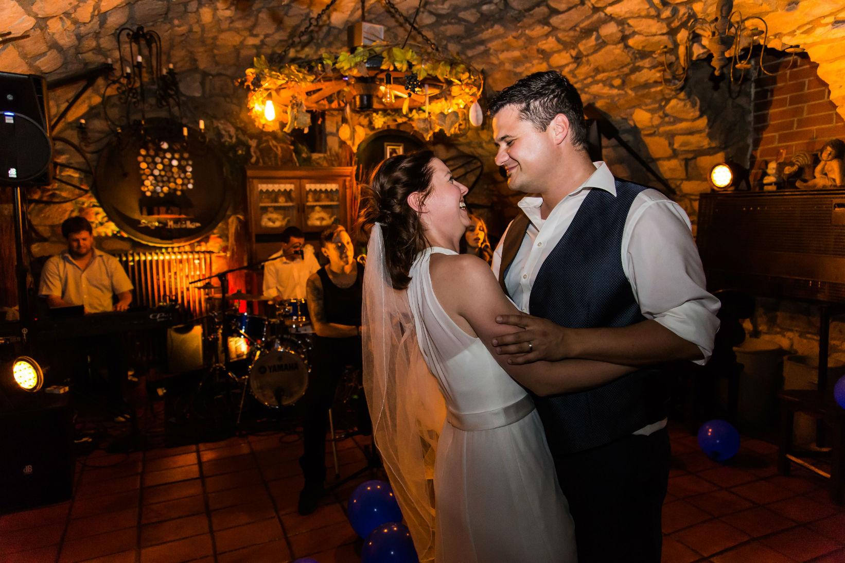Heiraten in Ellerstadt Brautpaar beim Feier mit Live Band im Hintergrundrund