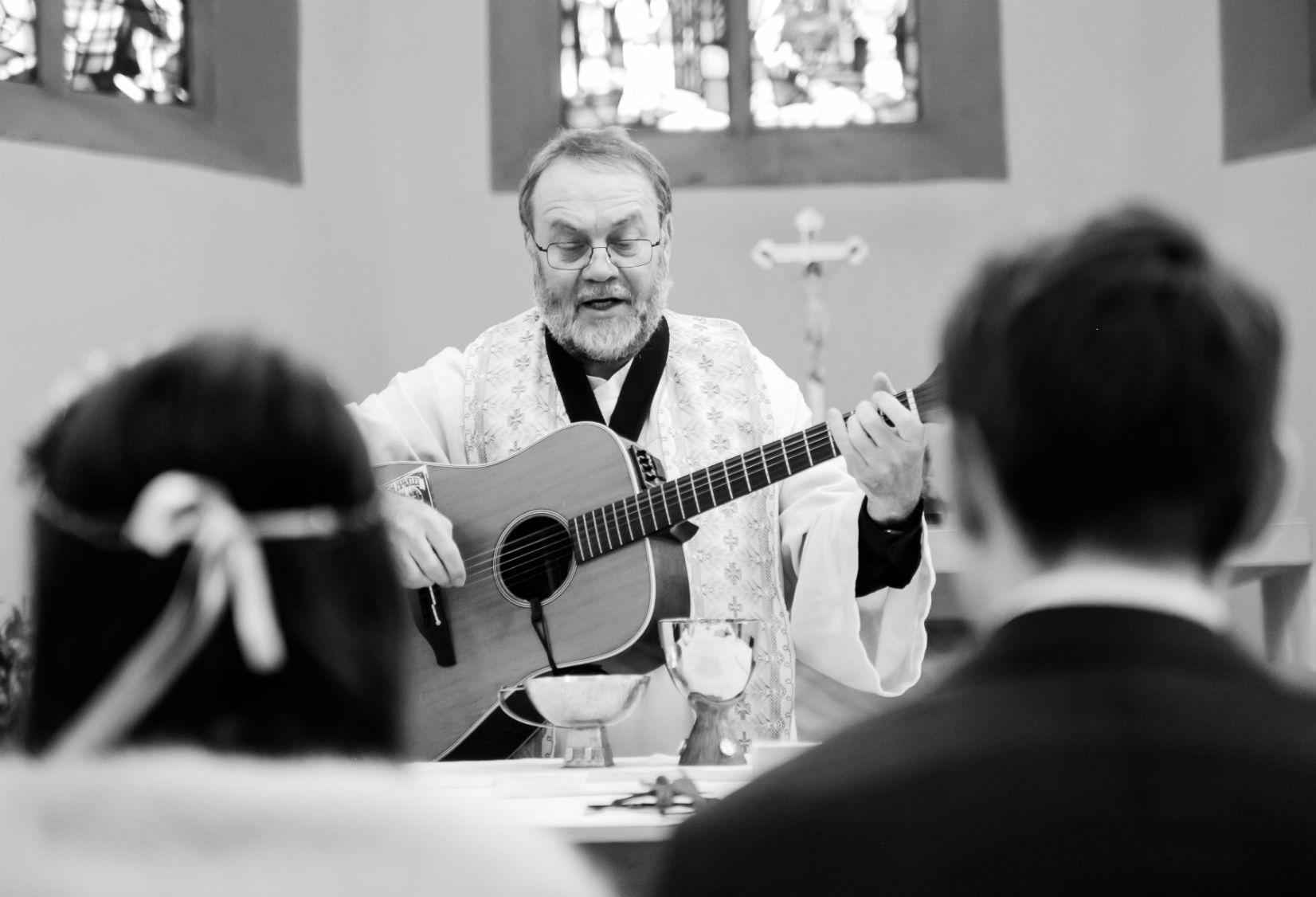 Singender Spielender Pfarrer Hochzeit Brautpaar Pfalz