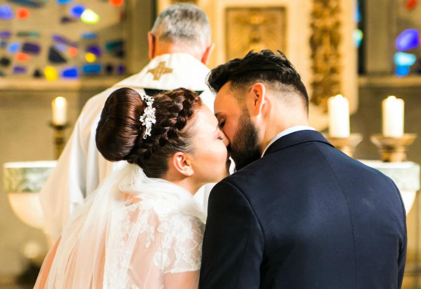 Heimlicher Brautpaarkuss im richtigen Moment eingefangen