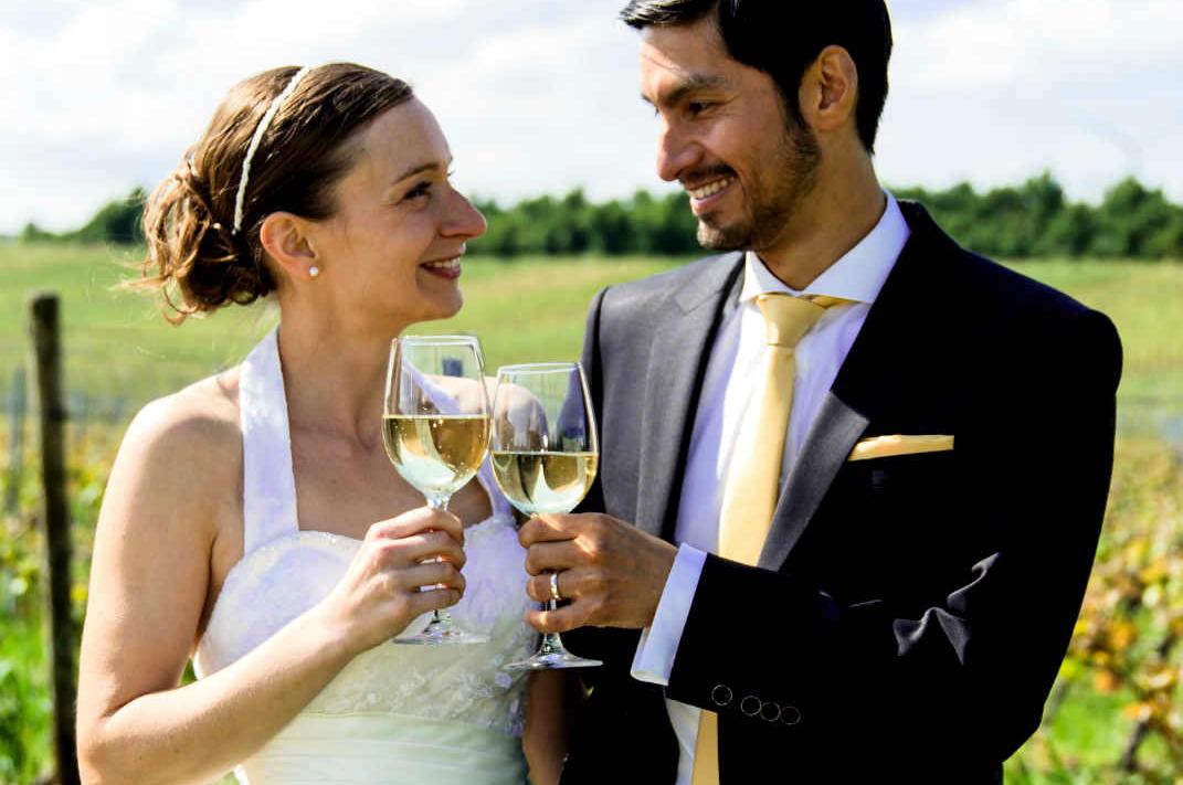 Heiraten an der Deutschen Weinstraße Brautpaar Weinglas