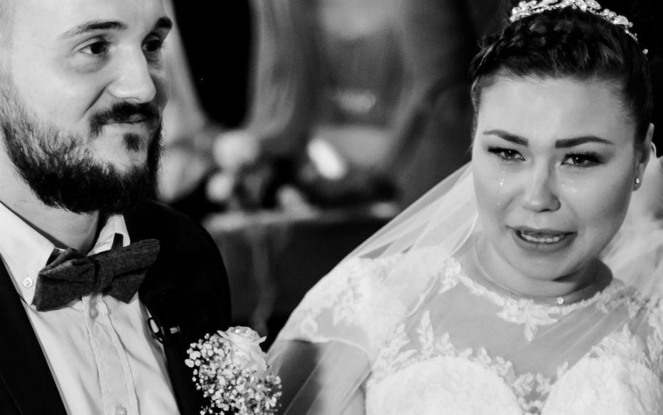 Weinende Braut während der Trauung