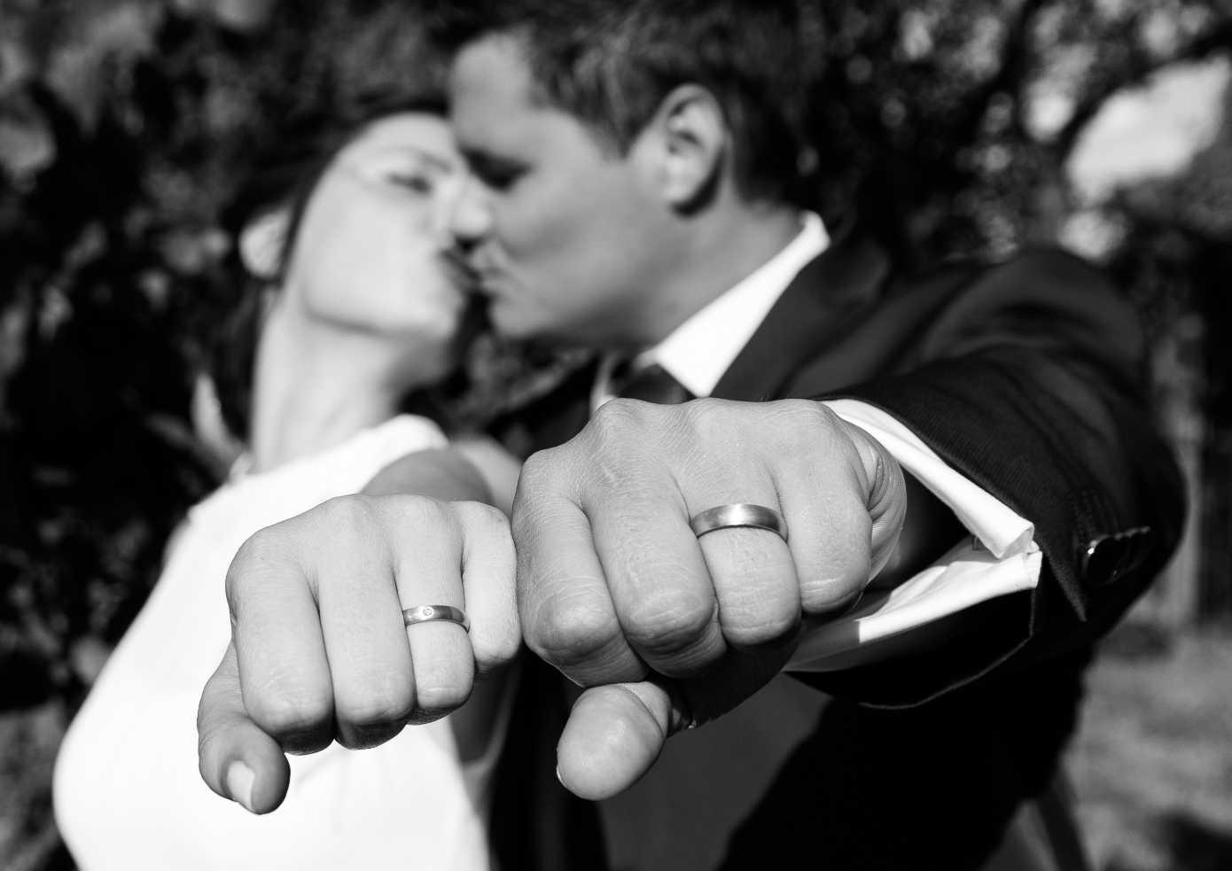 Ringe und Brautpaarkuss