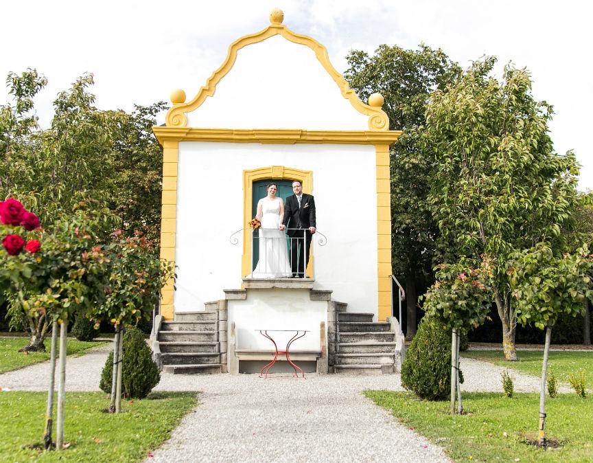 Heiraten in Freinsheim Brautpaar Gartenhaus Barockgarten