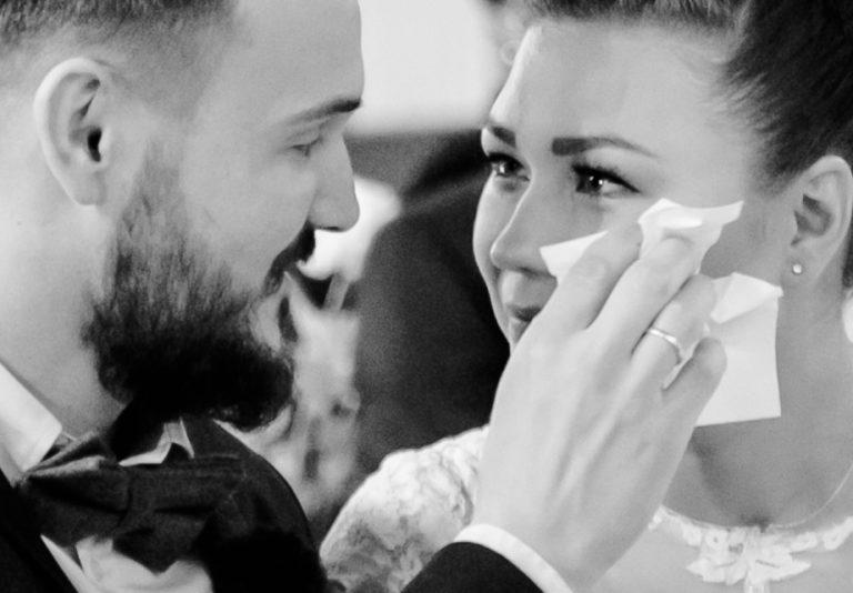 Weinende Braut mit Bräutigam in Kirche