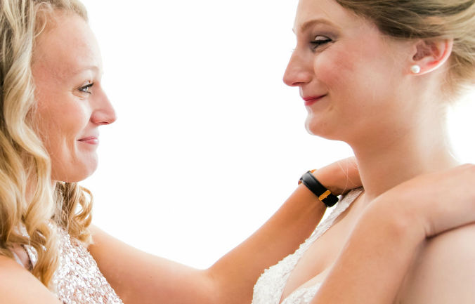 Ankleidung Braut Brautfreundin Freudentränen