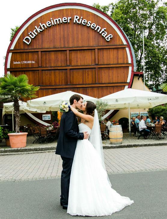 Heiraten in Bad Dürkheim Brautpaar vor dem Riesenfass