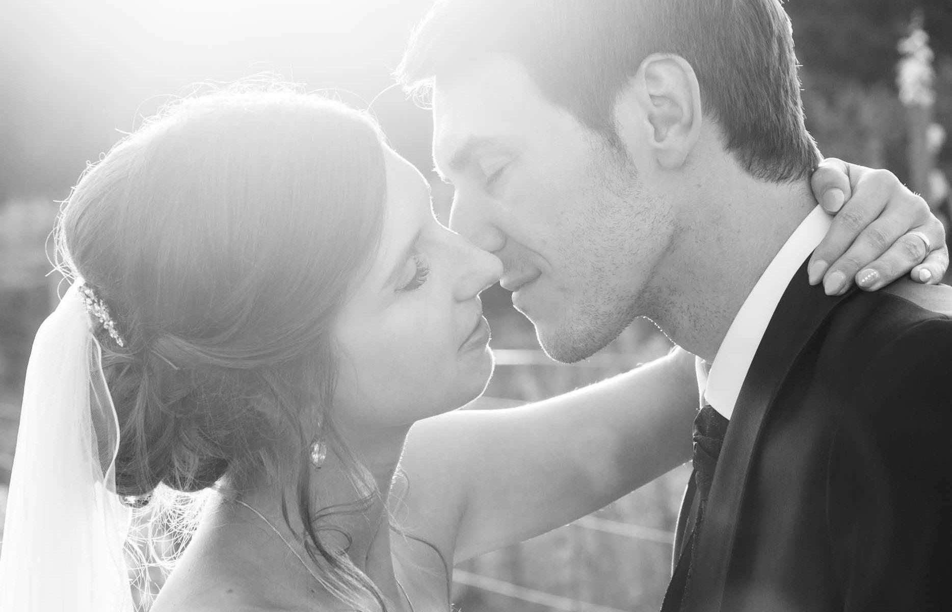 Heiraten in Friedelsheim Brautpaar Pfalz Weinreben