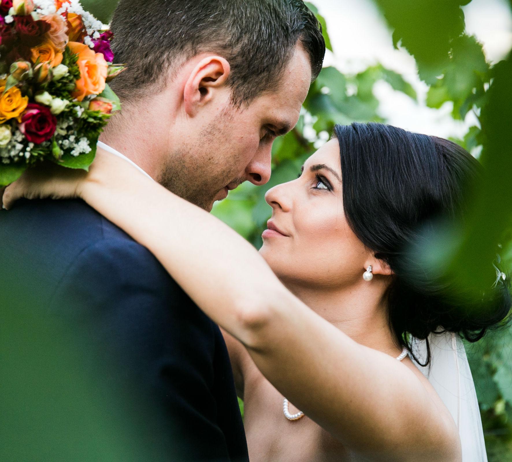 Verliebter Blick des Brautpaares eingefangen in den Weinreben