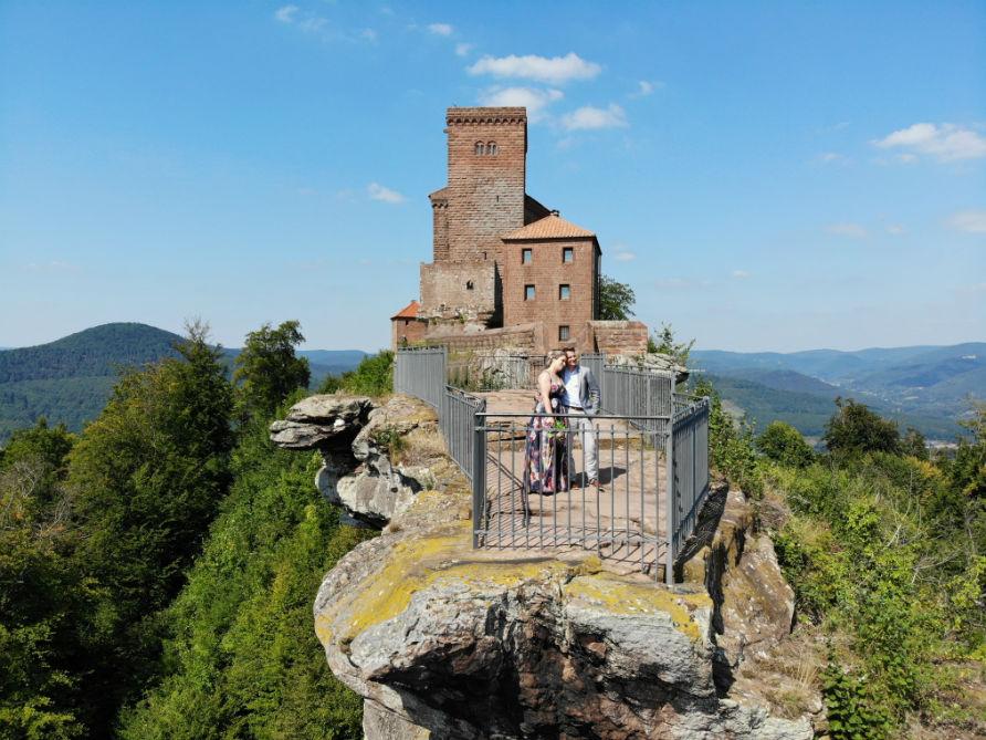 Drohnenaufnahme Brautpaar vor der Burg