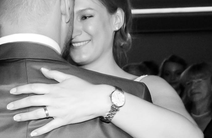 Glückliche Braut beim Brautpaartanz