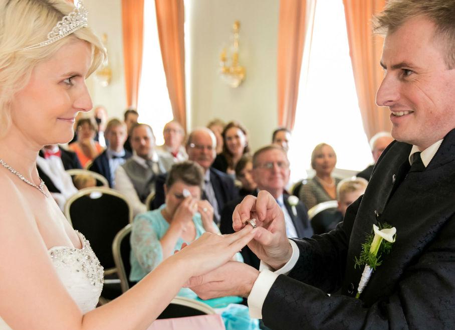 Ringübergabe Brautpaar weinende Brautmutter
