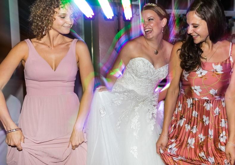 Braut hat Spass mit Freundinnen Hochzeitsparty Pfalz